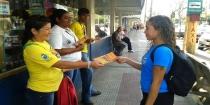 Agentes de endemias orientam moradores para combate à dengue